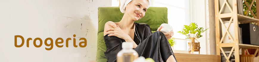 Kobieta pielęgnująca skórę i włosy w domowym SPA